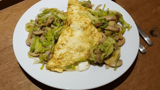 Omelette mit Pilzen und Porree auf dem Teller