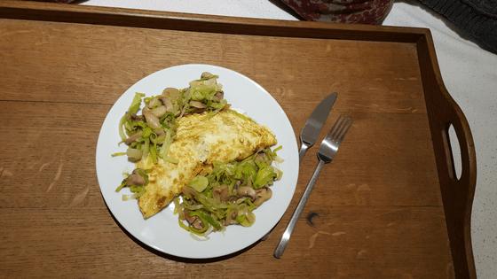 Omelette mit Pilzen auf einem Tablett